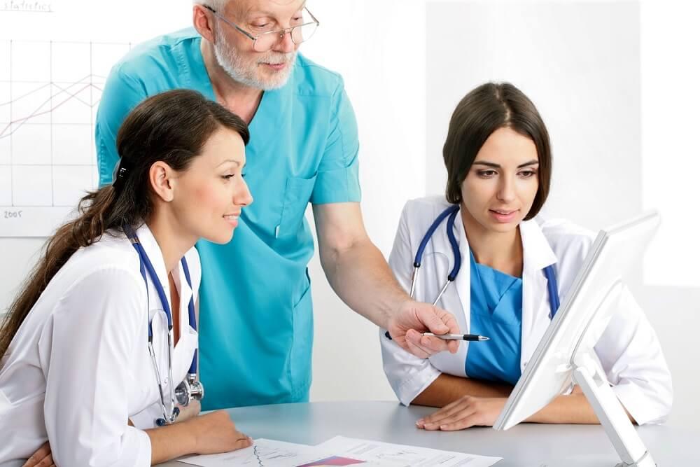 lekarz uro;ogoo i medycymy estetycznej w pracy