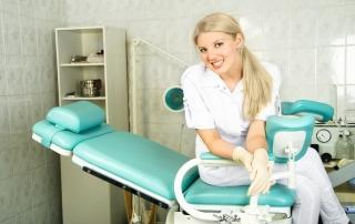 Ginekolog przed zabiegiem medycyny estetycznej