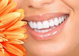 umiechnięte kobiece usta i kwiatek
