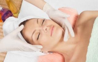 odmłodzenie twarzy kobiety w gabinecie medycyny estetycznej